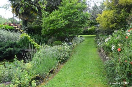 potager,chenille,pour le 18 juin,tour du jardin 047.JPG