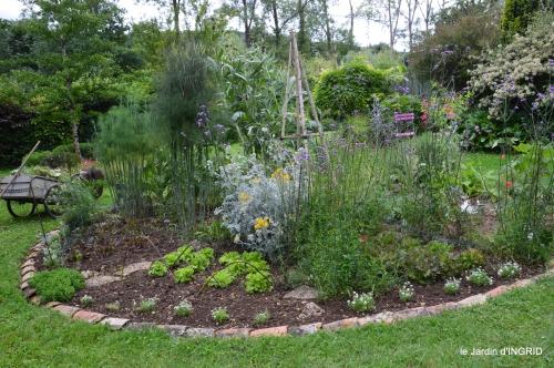 potager,chenille,pour le 18 juin,tour du jardin 001.JPG