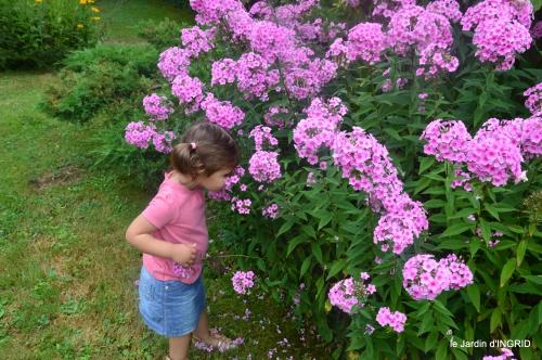 Ines,jardin,lagestromia,brocante Lalinde 039.JPG