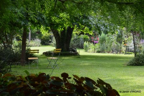 potager,chenille,pour le 18 juin,tour du jardin 058.JPG