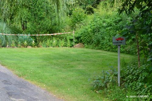 potager,chenille,pour le 18 juin,tour du jardin 079.JPG