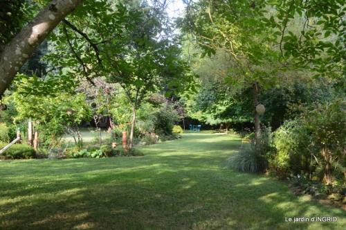 la Couze,les filles,jardin,bambous peints 062.JPG