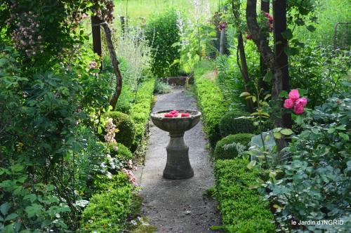 potager,chenille,pour le 18 juin,tour du jardin 085.JPG