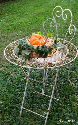 marché Issigeac,decos citrouilles,jardin automne,compo dahlias 079.JPG