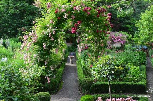 potager,chenille,pour le 18 juin,tour du jardin 083.JPG