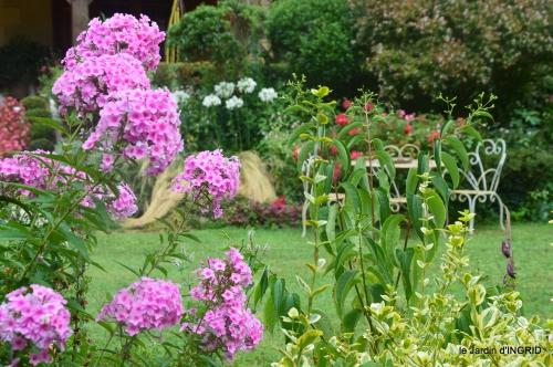 Ines,jardin,lagestromia,brocante Lalinde 042.JPG