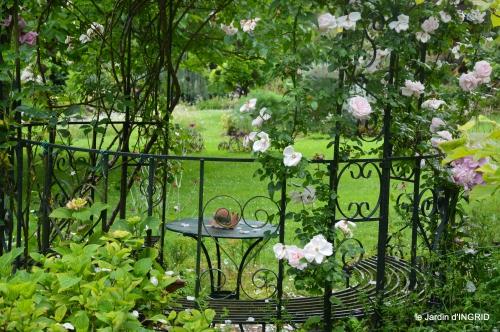 tour jardin de mai ,les épouvantails,préparation 022.JPG