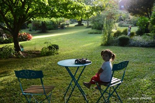 Ines,jardin,lagestromia,brocante Lalinde 004.JPG